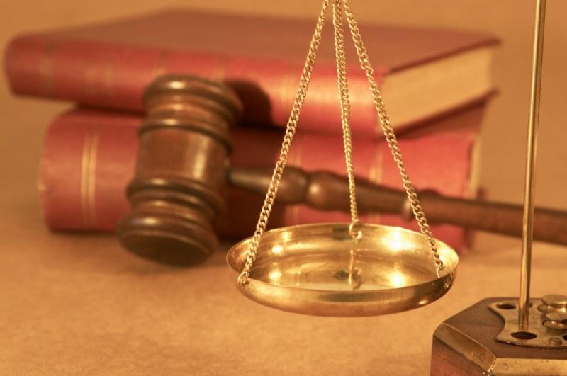 Doradca prawny to osoba, która świadczy usługi prawnicze, ale nie należy do żadnej korporacji ani nie posiada uprawnień adwokata czy radcy prawnego.